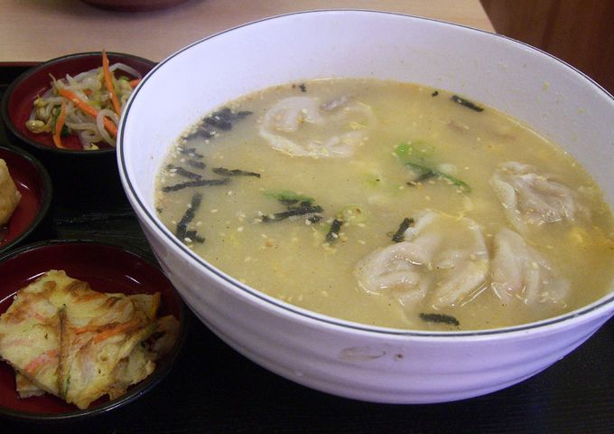 #Korean Dumpling Soup | Also called #mandoo, this delicious #dumpling #soup is perfect on a cold, rainy day. #recipes