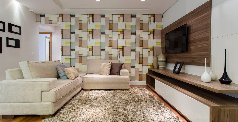 Na sala de estar o destaque fica por conta do papel de for Sala de estar com papel de parede 3d