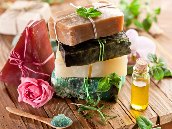 Naturseife braucht nicht viele Zutaten. Was Sie bei der Herstellung Ihrer eigenen Seife beachten müssen, können Sie hier nachlesen.