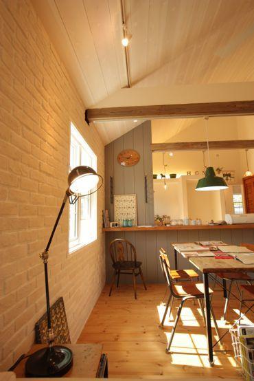 真っ白いレンガの壁に板張りの勾配天井 可愛いとカッコいいのバランスがいいカリフォルニア風な平屋のおうち フォトギャラリー 注文住宅 輸入住宅 茨城 エフリッジホーム インテリア レンガ キッチンデザイン インテリア