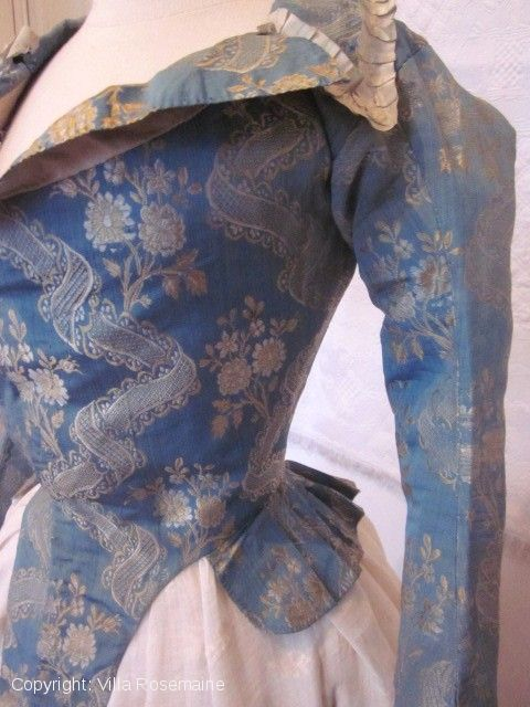 """Pierrot"", short jacket, 1780s, France. The fabric is blue ""Nattier"" taffeta silk brocaded gold with ""décors à la rivière"". This ""Pierrot"" was often worn with an embroidered cotton gauze skirt. Fully lined with white linen. Pleated ribbon ivory silk faille on the neck and with 6 metal buttons to the wrist. Photo villa-rosemaine"