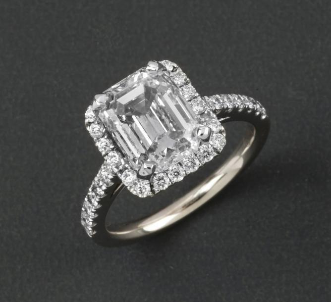 Assez Bague en or gris orné d'un diamant de taille émeraude dans un  OG22