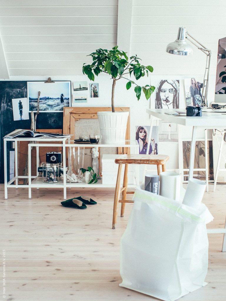 Vem säger att allt måste står i prydliga rader i bokhyllor längs väggarna i hemmakontoret? Satsbordet VITTSJÖ fungerar ypperligt som avlastning- och förvaringsbord bredvid skrivbordet!