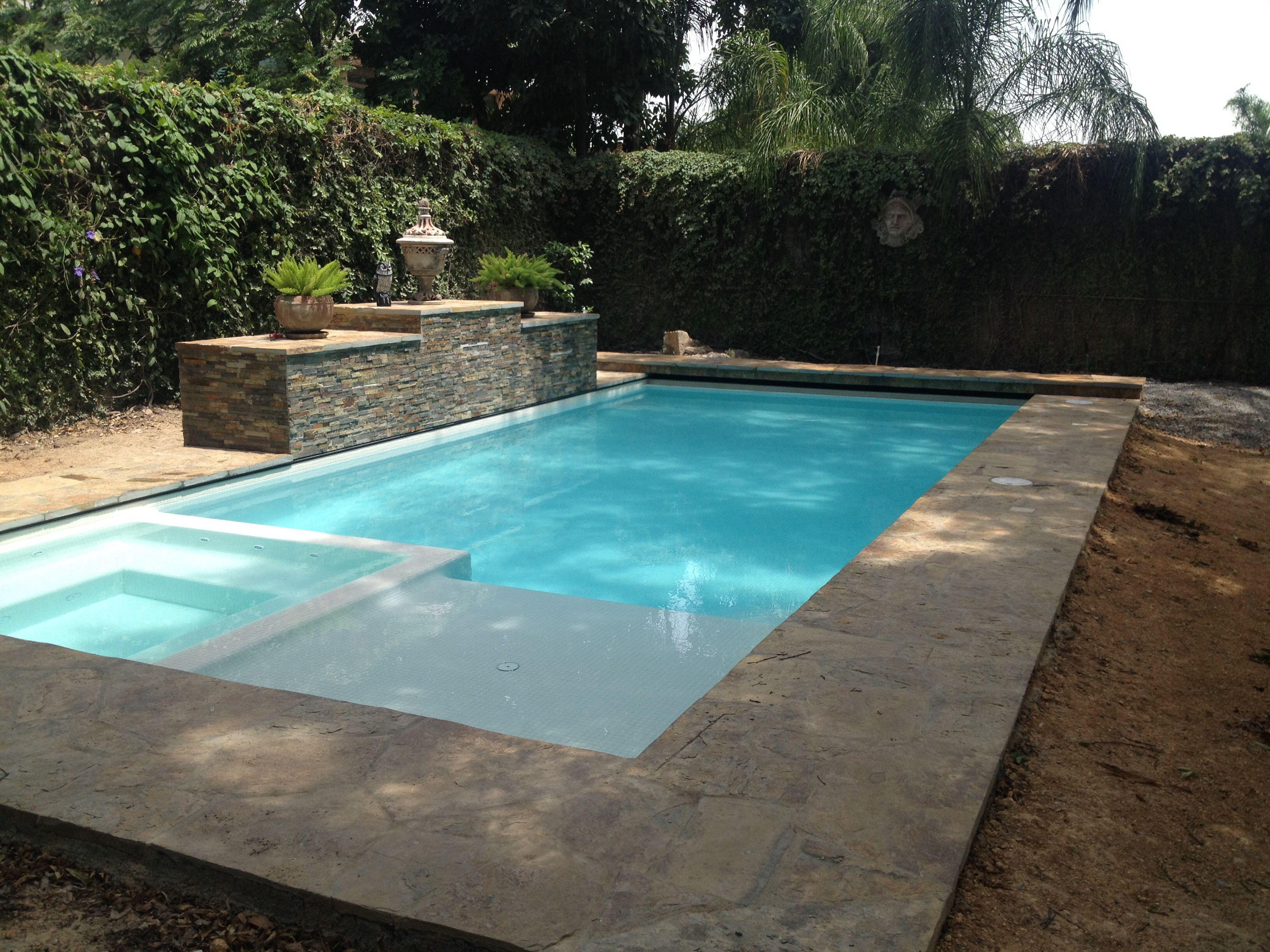Piscina residencial con jacuzzi y asoleadero h medo for Disenos de cascadas para piscinas