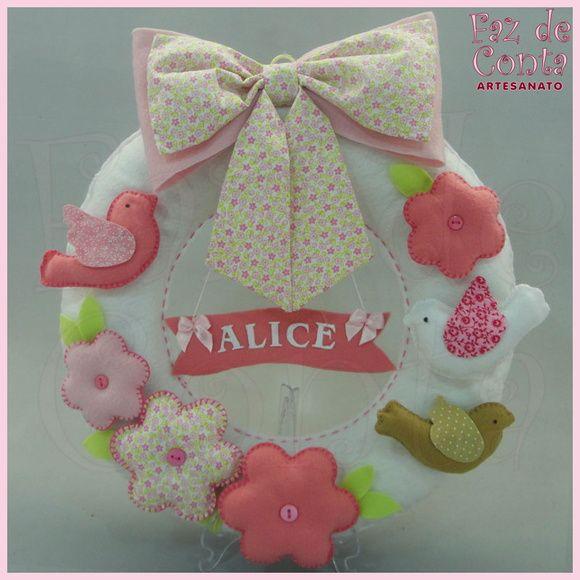 Enfeite de porta de maternidade rosa com tema de passarinhos. - Guirlanda  de feltro branca decorada com passarinhos e flores. - Placa personalizada  com nome ... 9ec5b5cbda
