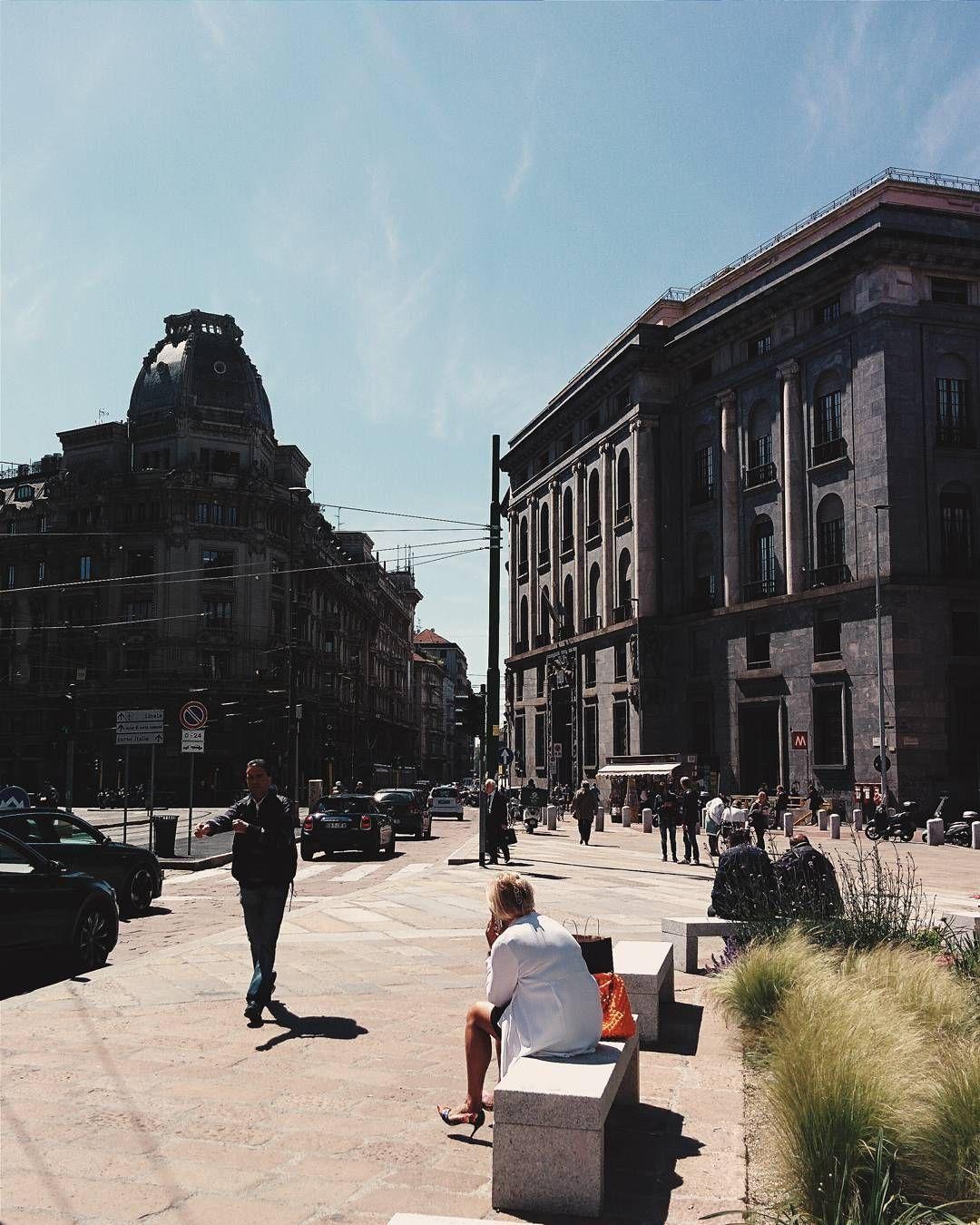 Piazza Missori da quando l'hanno restaurata è diventata davvero splendida non trovate?  Giornata di sole splendida si ma come cacchio bisogna vestirsi???  Qualcuno ha una soluzione?…