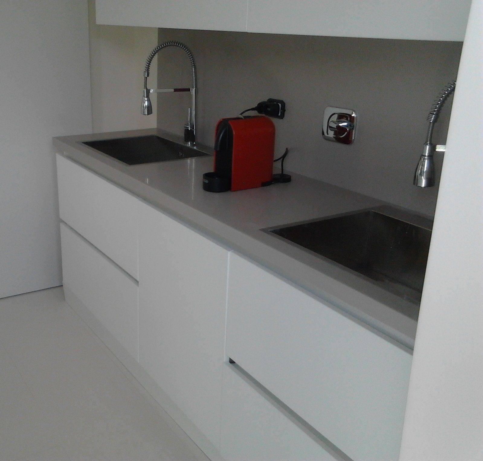 kitchen in mdf doors white matt finishing and top in corian solid surface grey colour: corian kitchen top