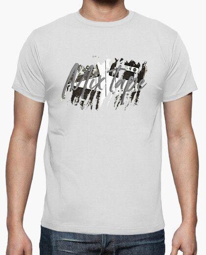 Camiseta con varias cintas y el texto mix tape en gris