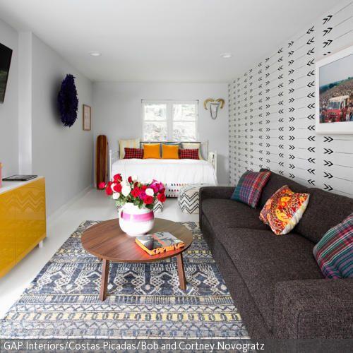 Wohnideen Längliches Wohnzimmer wohn und schlafkombination mustertapete schmal und raum