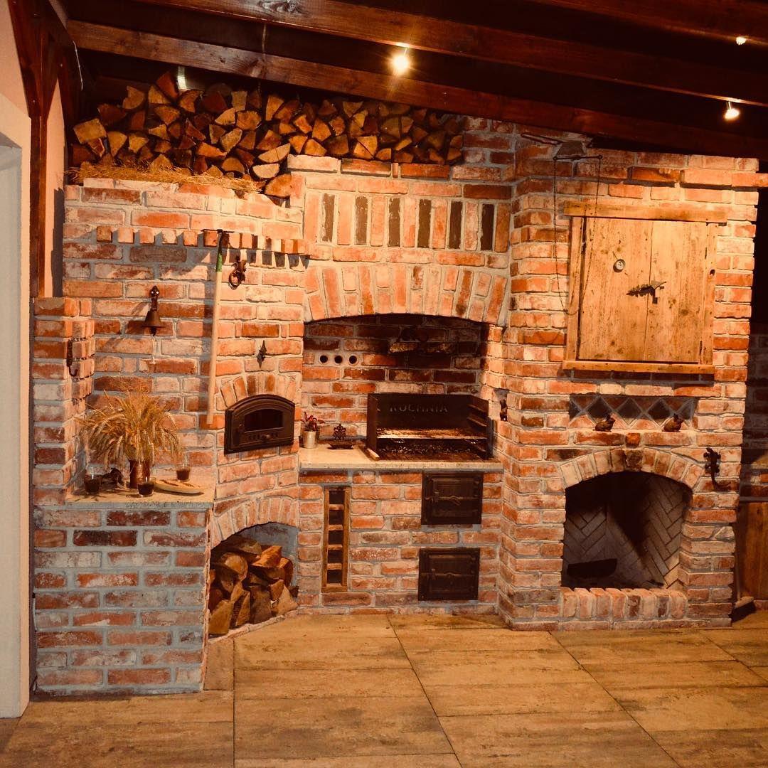 Kuchnia Letnia Frombork Przyjrzyjcie Sie Kto Przykical Nad Kominek Mamy Tu Outdoor Fireplace Pizza Oven Pizza Oven Outdoor Kitchen Backyard Fireplace