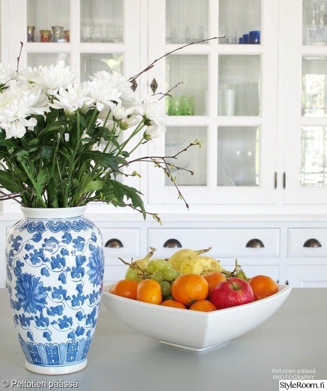 keittiö,valkoinen keittiö,kukat,valkoinen,harmaa,ikea,puutasot,country,countryliving,keittiön pikkutavarat,kukat sisustuksessa,lipasto