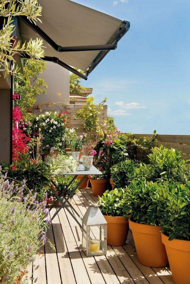 Balkon gestalten suedbalkon-markise-pflanzen-holzboden-mediterrane - markisen fur balkon design ideen