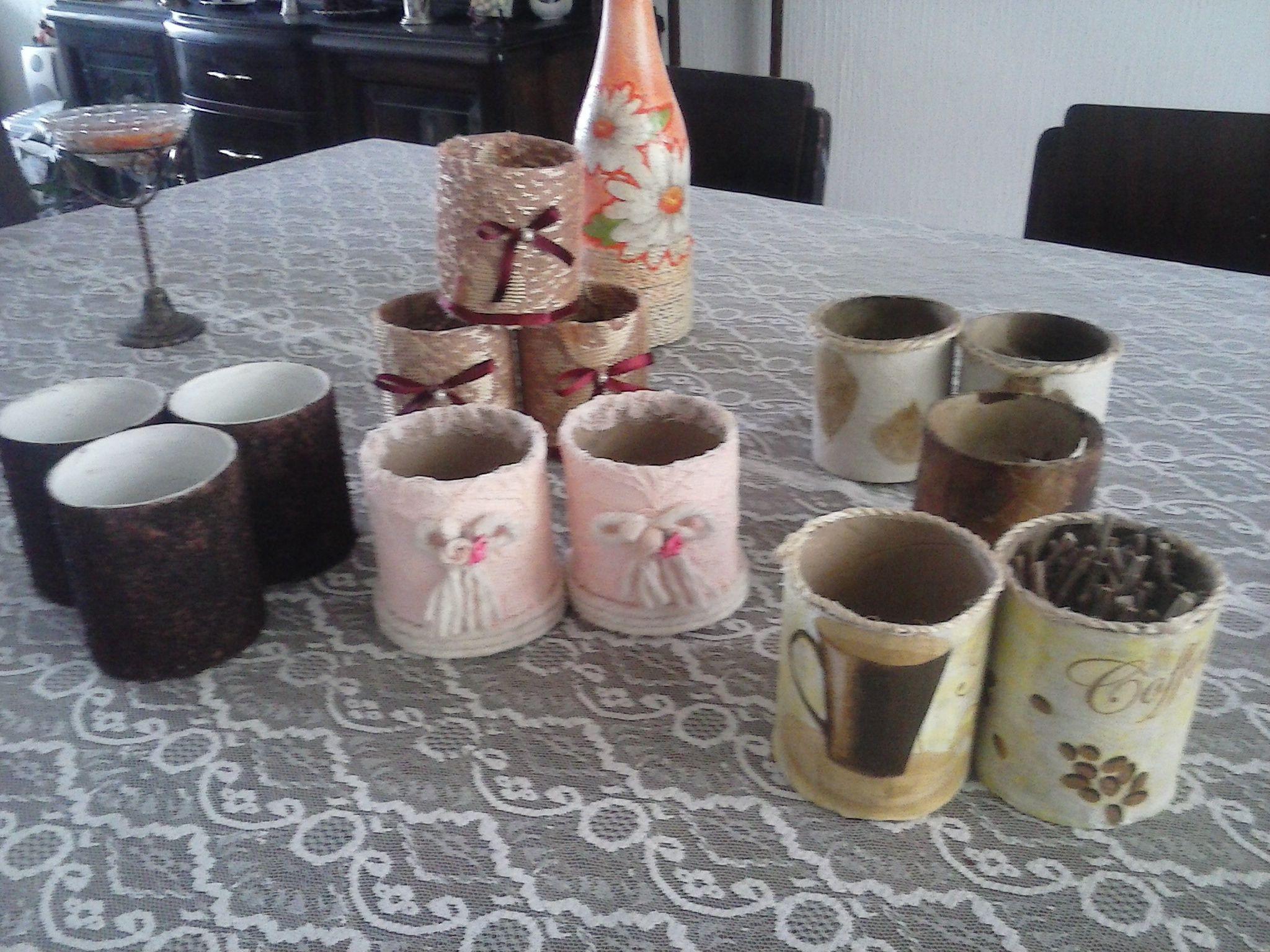 Reutilización de tubos vacios de papel tamaño jumbo. Decorados con diferentes materiales.