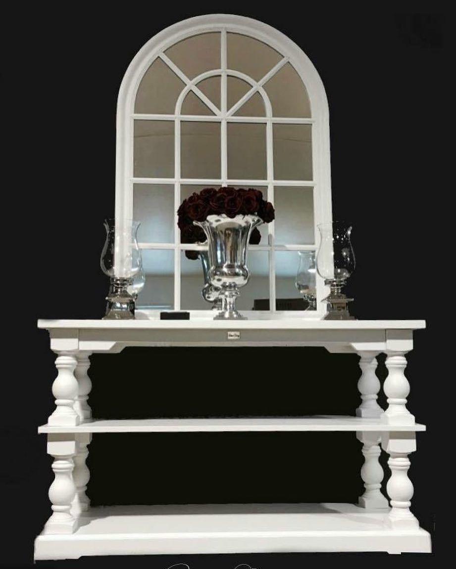 """Dubaic classic   Lekkert håndprodusert konsollbord. Dette bordet kan benyttes som konsollbord inntil vegg bak en sofa eller TV-bord og er like flott i gangen som i stuen.  Tidløst og klassisk konsollbord. Passer svært godt til salongbordet """"Dubai"""". Mål: Lengde: 145 cm Dybde: 55cm Høyde: 85 cm  #classicliving  #interør"""