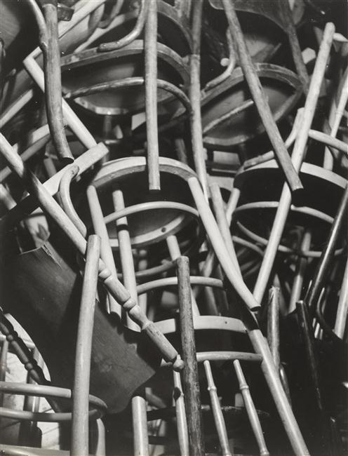 Chaises empilées  Description:    Auteur: Bauh Aurel (1900-1964)photographe RMN