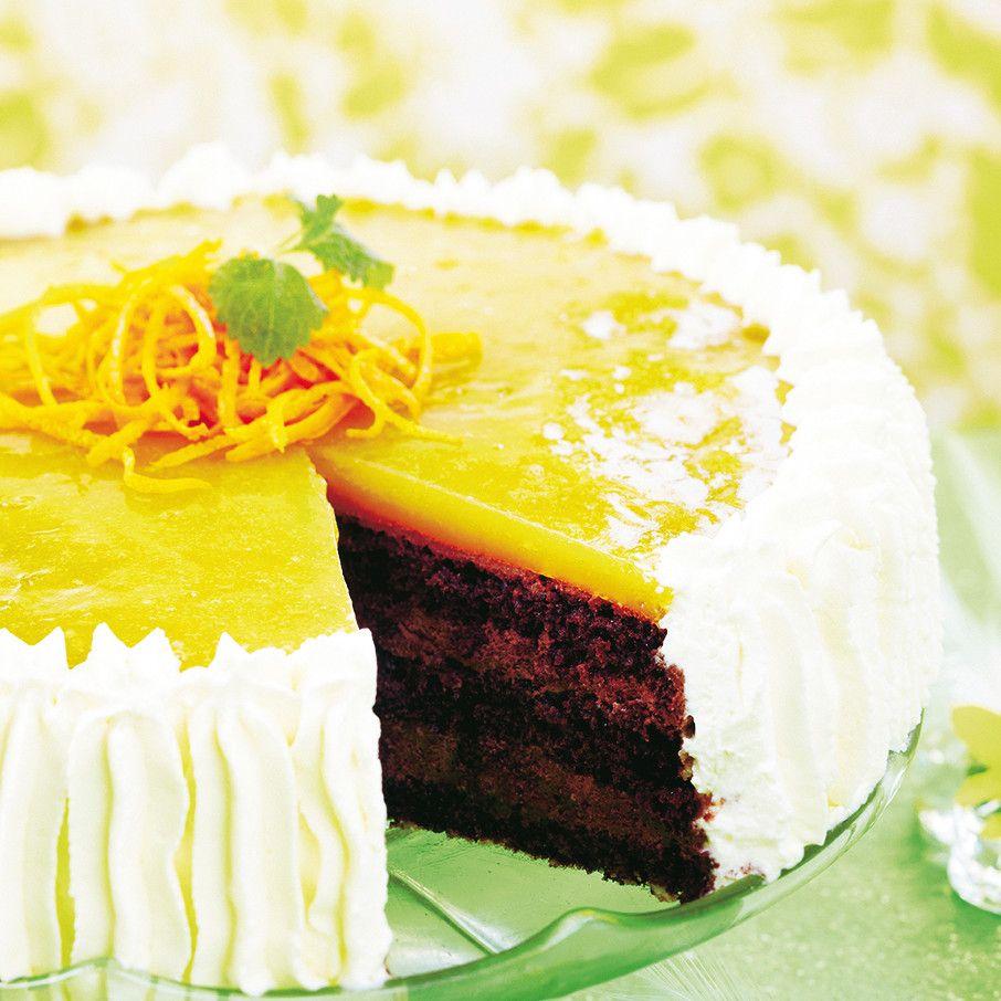 Herkullisen mehevä suklainen appelsiinihyytelökakku kootaan kerroksittain kakkuvuokaan hyytymään. Appelsiini maustaa suklaisen kakun raikkaasti.