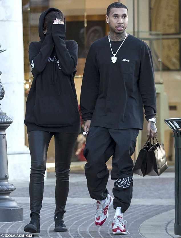 d5b0b3331 Kylie Jenner shields her face from the paparazzi while with Tyga ...
