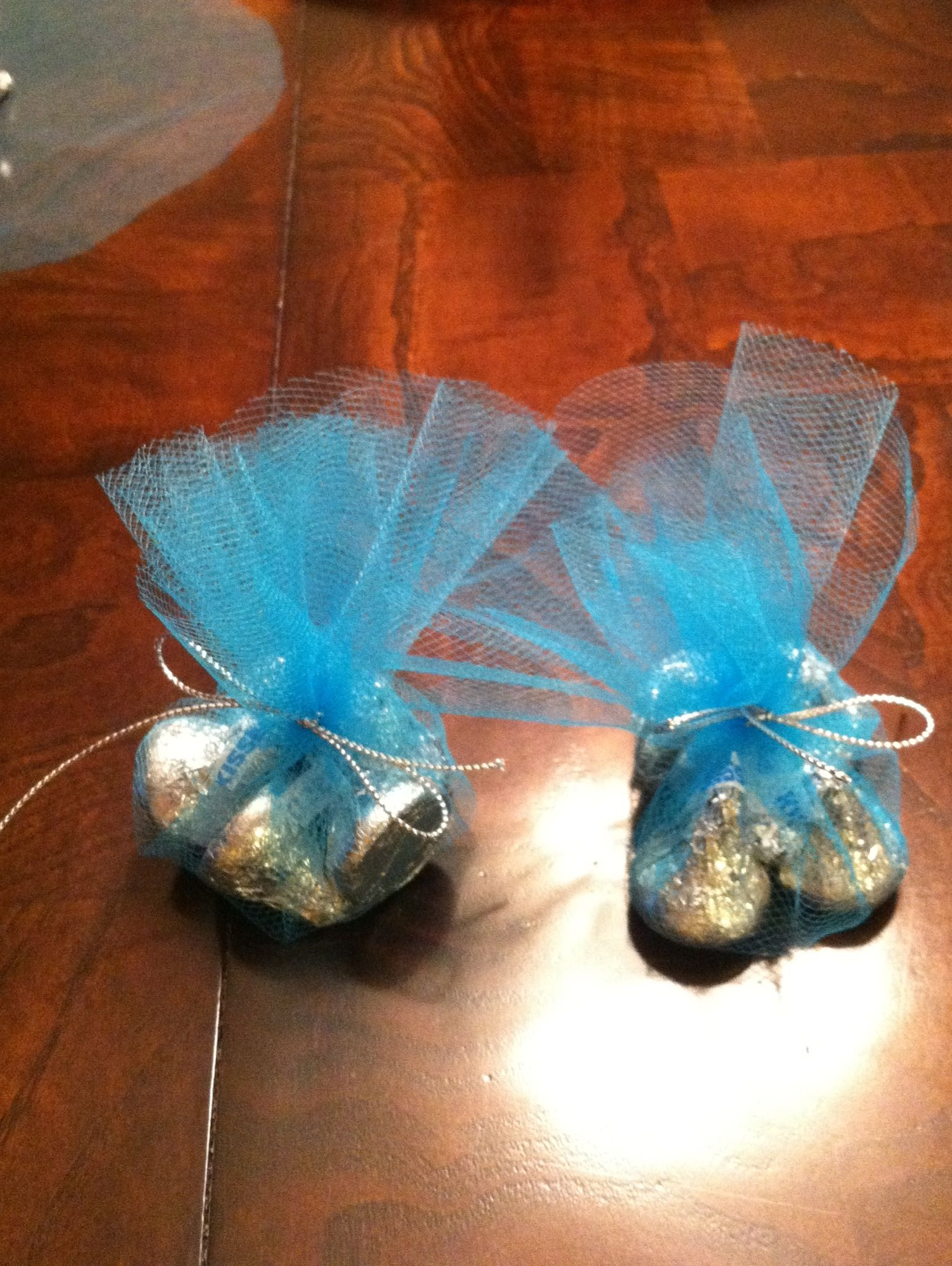 Simple Favors Made With A Tulle Circle 5 Kisses And A Silver