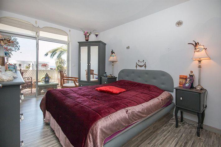 Schlafzimmer, lichtdurchflutet dank zimmerbreiter Fensterfront