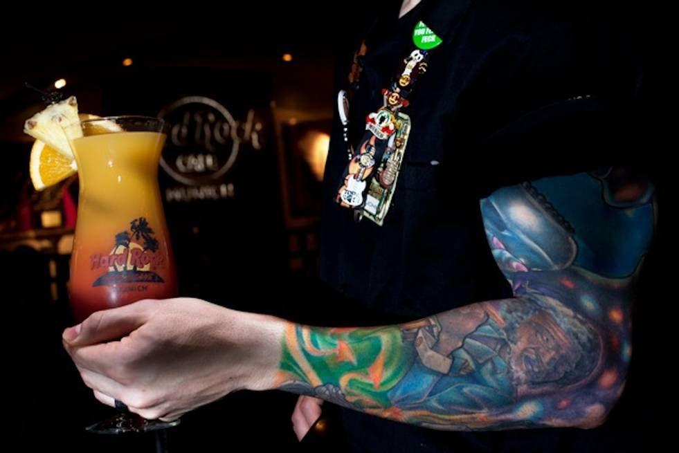 Cool Hurricane or cool tattoo? Barkeeper und Bar