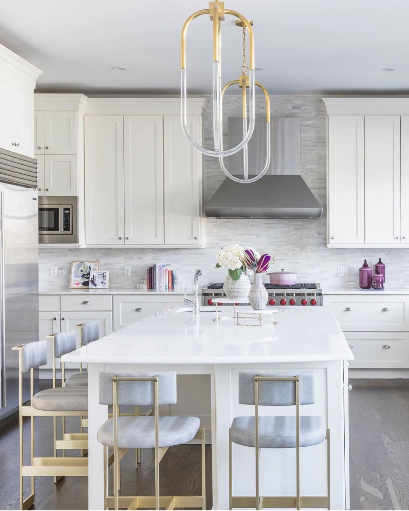 White Kitchen With Brass Accents In 2020 Contemporary Kitchen Kitchen Remodel White Kitchen