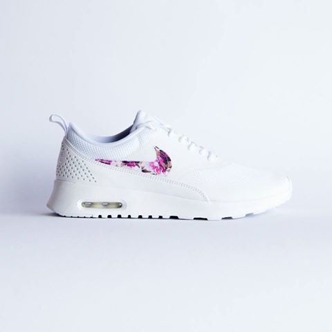brand new a0ca4 2b8f4 Bild könnte enthalten: Schuhe Enthalten, Kleidung, Blumige Nikes, Nike  Thea, Beliebte