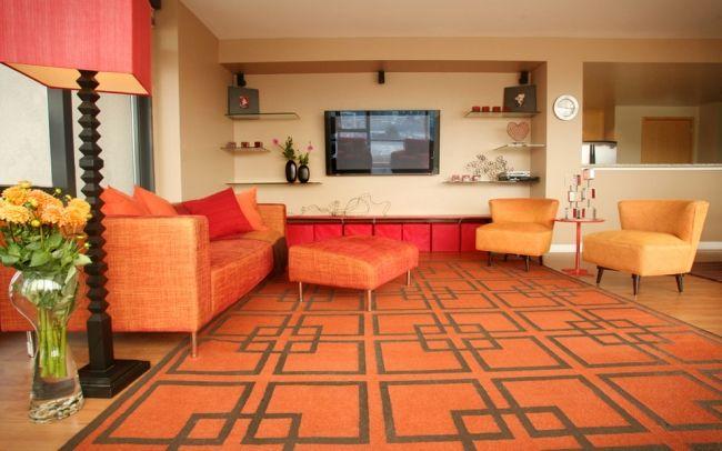 Modernes Wohnzimmer Orange Musterteppich Glas Regale Wand Fernseher