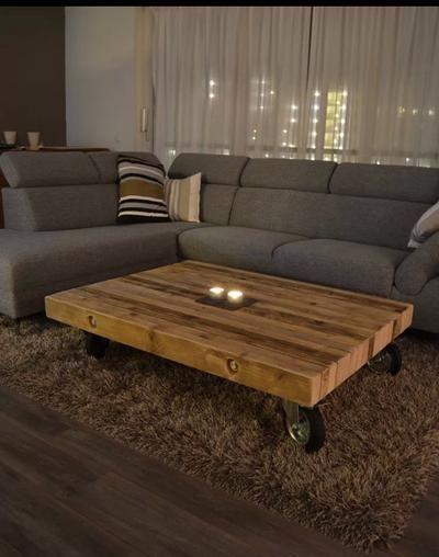 Romantische woonkamer in bruin kleuren met een grijze hoekbank ...