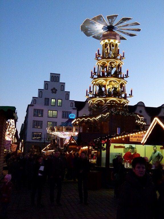 Weihnachtsmarkt In Rostock.Rostocker Weihnachtsmarkt Mit Pyramide Weihnachtsmarkt Co
