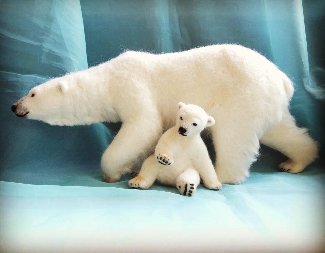 去年作った、大きいこぐまと親子にしてみました。あら、サイズぴったり❣️ Big Polar Bear&Cub #polarbears #polarbear #БелыйМедведь #ホッキョクグマ #シロクマ #animals #羊毛フェルト #ニードルフェルト #ハンドメイド #handmade #needlefelting #woolfelt