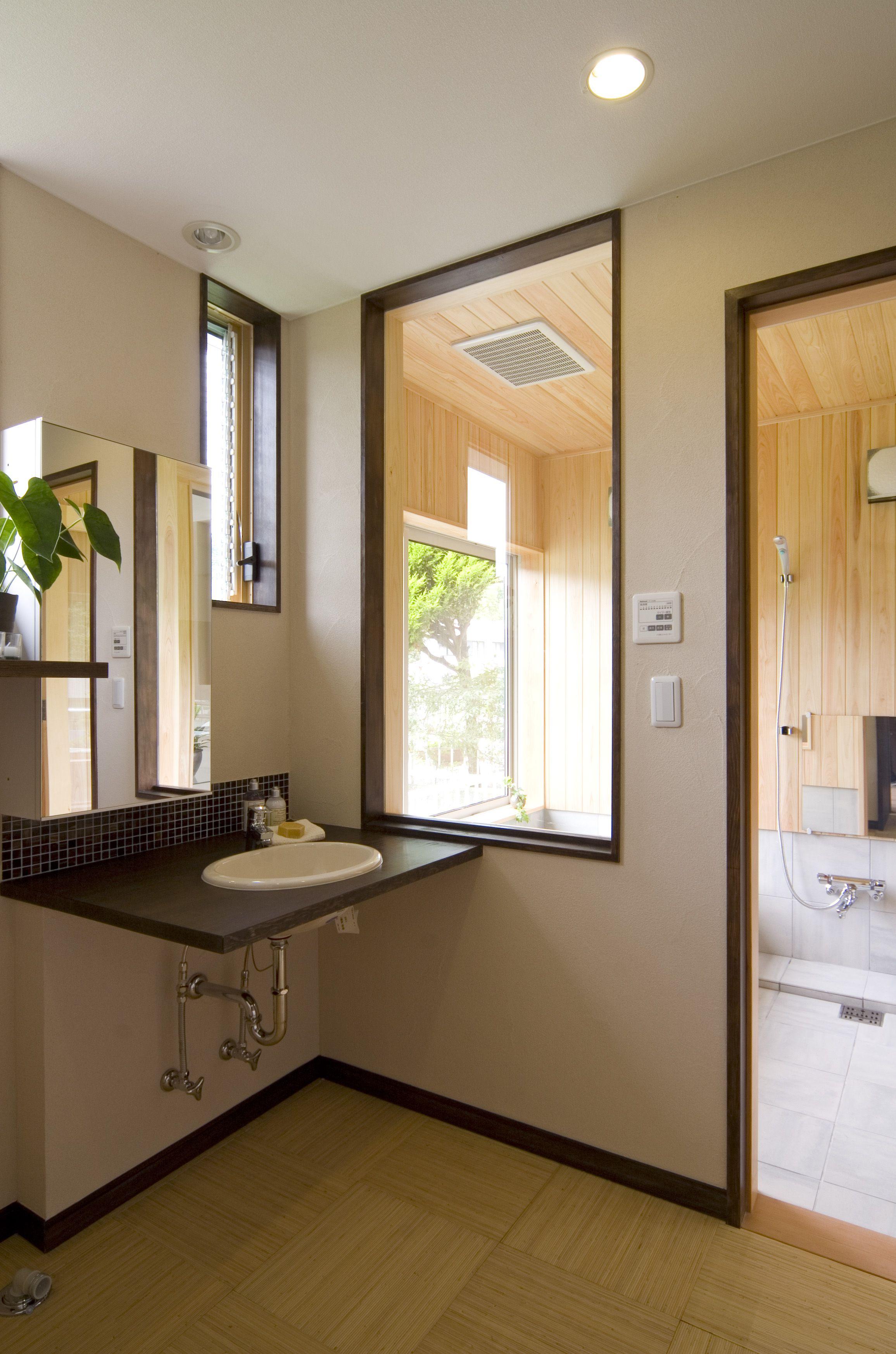 リフォーム 窓越しから山々の緑が広がるゆとりある水廻りと浴室 温泉気分が毎日楽しめます 洗面台 新進建設の大改造