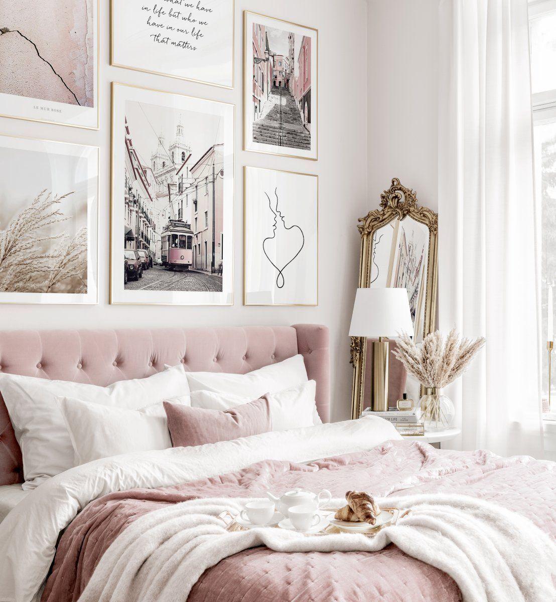 Elegante Bilderwand Typografie Poster Städte rosa Interieur Goldrahmen