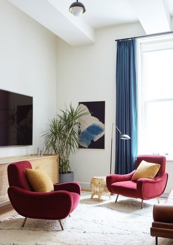 On the other end of the living room, a pair of Italian-modern chairs - cortinas azules