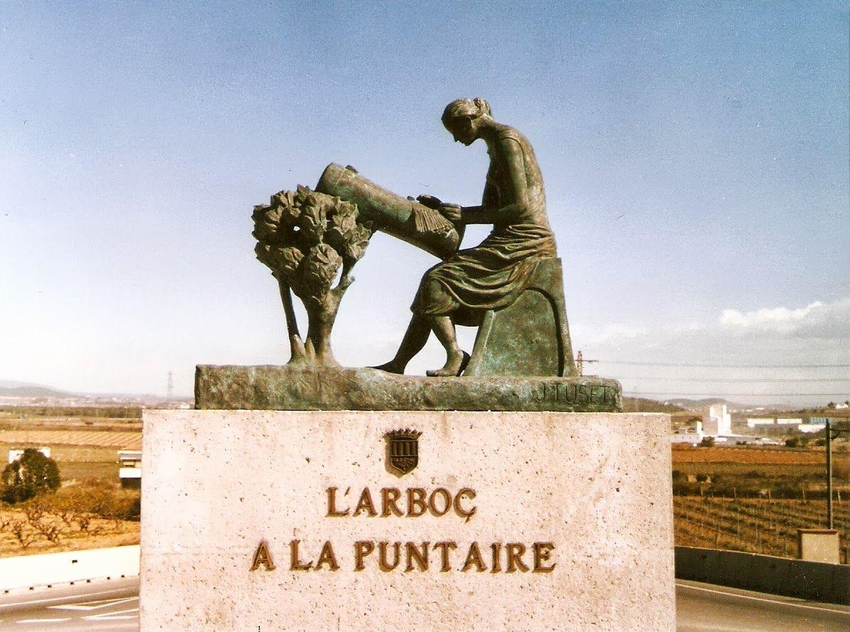 Monumento a la encajera.  de Joan Tuset.