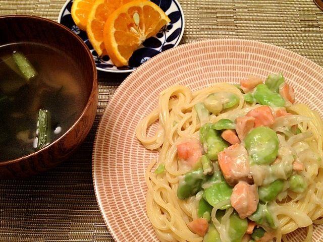 娘と二人の夕飯なので、手抜き(^^;; - 24件のもぐもぐ - サーモンとそら豆の豆乳クリームパスタ  小松菜とワカメのスープ  清見オレンジ by ulysses