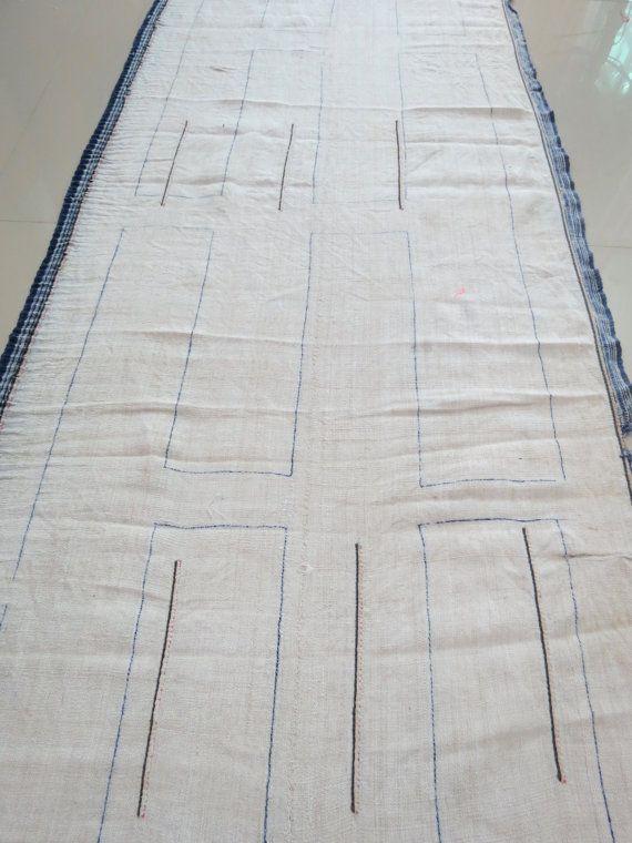 TELA DE CÁÑAMO DE HMONG, Textil, este rollo de cáñamo es tejida a mano 100% de cáñamo, Vintage tejido a mano, totalmente hecho a mano: tejidos a mano. COLOR y MATERIAL: Cáñamo pesada, telares de mano. El tono de las telas es un tono pálido avena natural caliente. Antes de morir la industria textil: peso medio con textura de tela con una textura de aspecto rural y rústica. Estado: Vintage buen estado  Medida: son 426 cm o 14 pies 0 pulgadas largo, por 49 cm o 23 pulgadas de ancho.  GUARDAR…