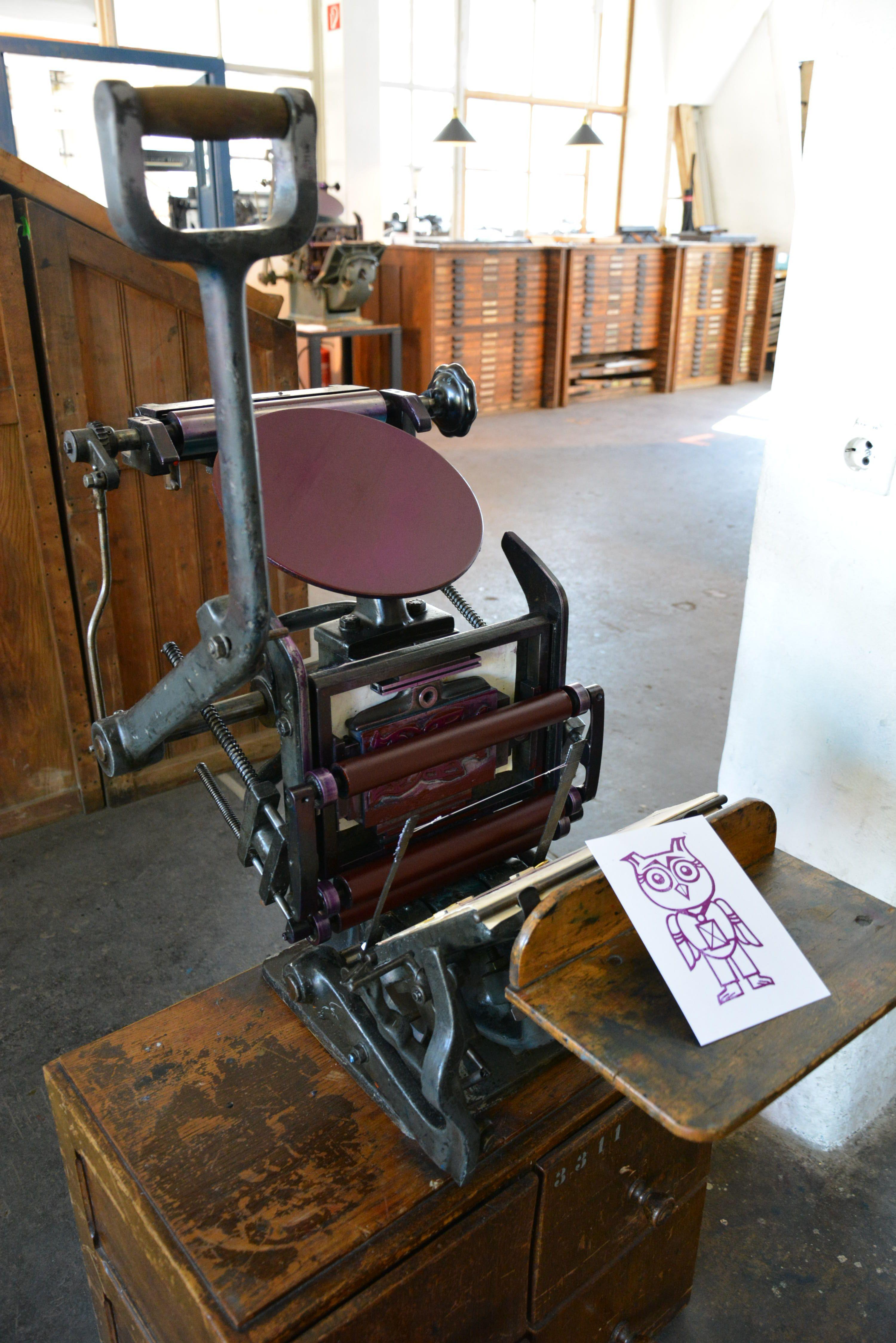 Einer von vier Bostontiegeln an denen man sich selbst eine Postkarte als Souvenir drucken kann. /// Foto: Museum für Druckkunst Leipzig