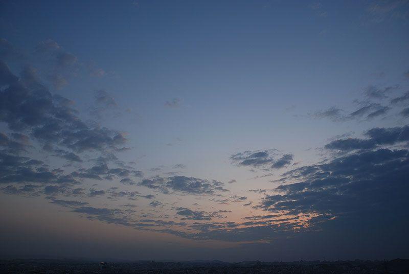 今日の浦添市、夜明前の空です。  今朝6時頃は、気温が18度、湿度90%。少し冷たく感じました。