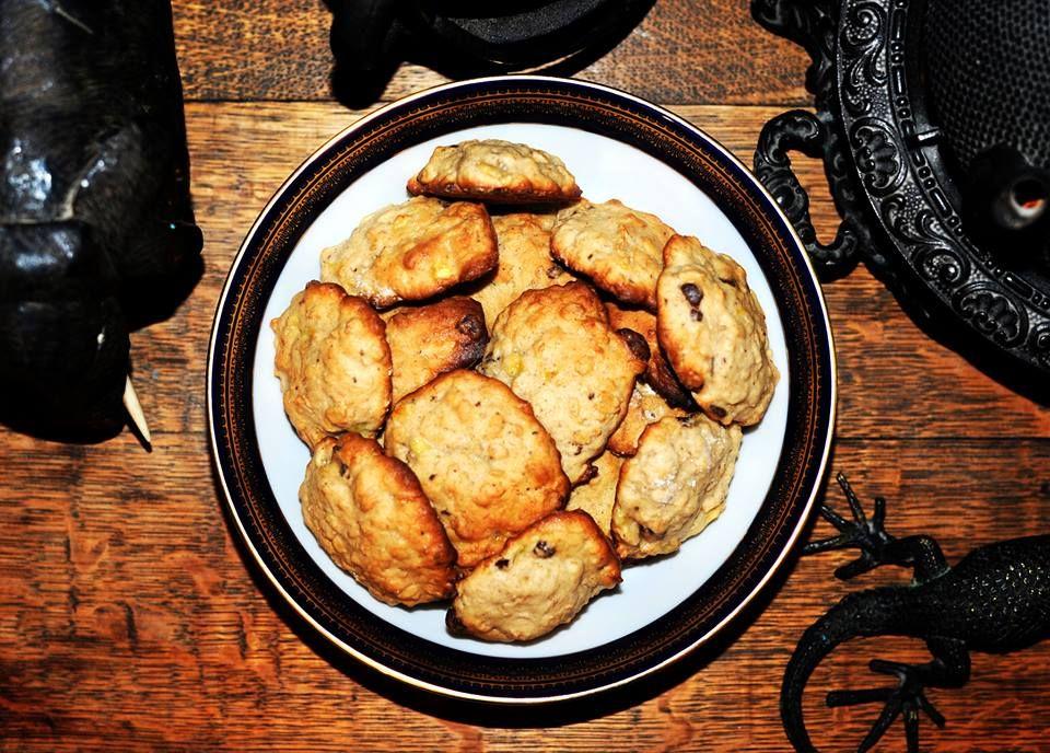 Galletas de avena, plátano y chocolate. 180 g. de mantequilla suavizada, 175 g. de azúcar, 1 huevo, extracto de vainilla, 225 g. de harina, canela en polvo, 2 plátanos machacados con tenedor, chocolate en chispas, una cucharadita de royal y 180 g. de avena. Se pone todo en un tazón y se revuelve a mano o con un batidor de mano. Hacer pequeñas porciones ayudandote con una cuchara. Se hornea por espacio de 20 minutos. Noritake Legacy