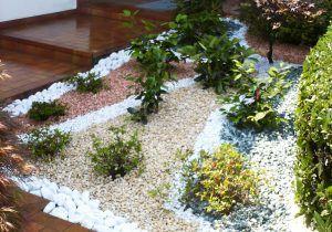 Aiuole con sassi bianchi affordable decorare il giardino for Sassi piatti per giardino