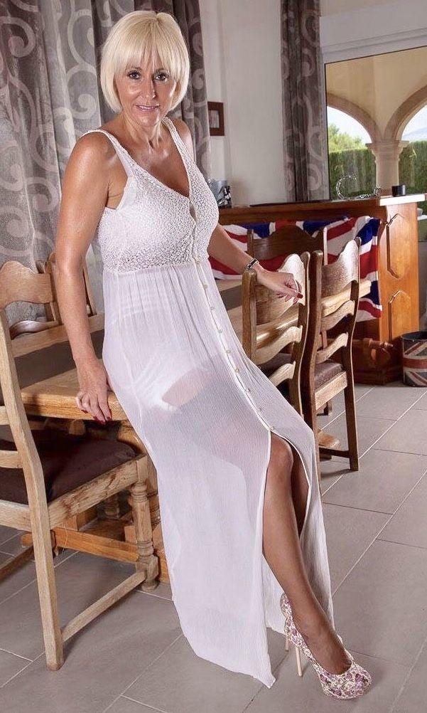 сексуальная мамка в белом платье