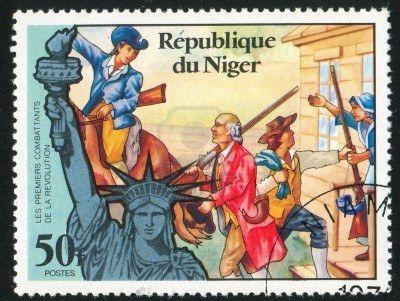 NIGER - CIRCA 1976: sello impreso por Níger muestra la Estatua de la Libertad y la llamada a las armas, alrededor del año 1976