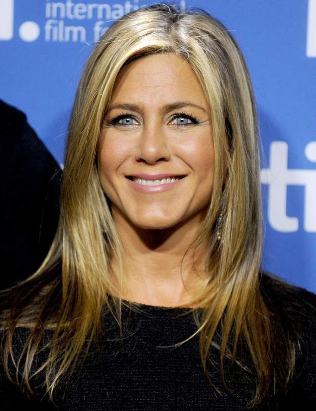 les coupes de cheveux qui rajeunissent jennifer aniston. Black Bedroom Furniture Sets. Home Design Ideas