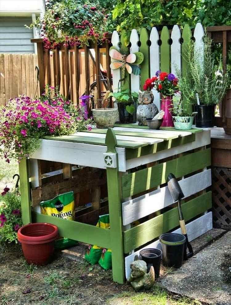 Praktischer Gartenarbeitstisch Aus Paletten In Weiss Und Grun Gestrichen Pallet Painting Pallet Furniture Outdoor Potting Bench Plans