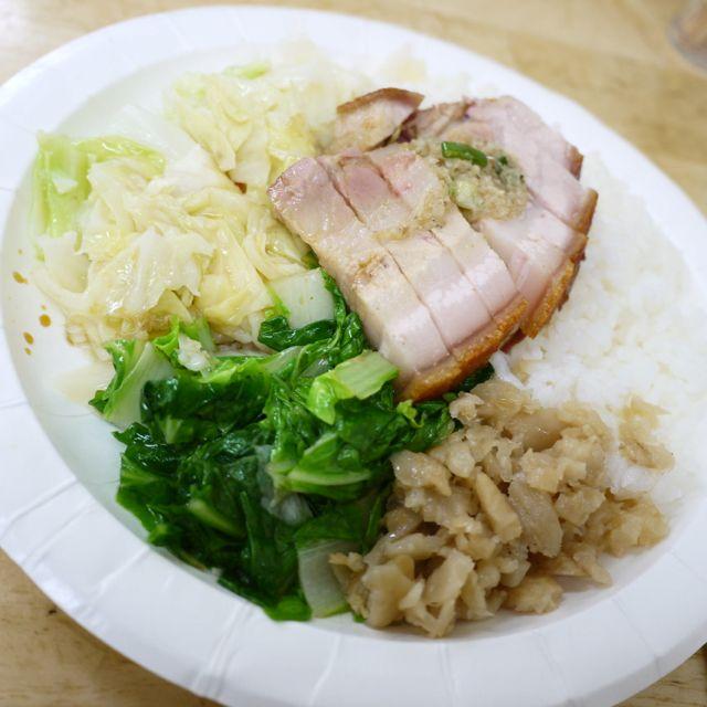 脆皮燒肉飯是雨天救援王。USD.2.33 Roasted Pork with rices saved my rainy day #Taiwan #food