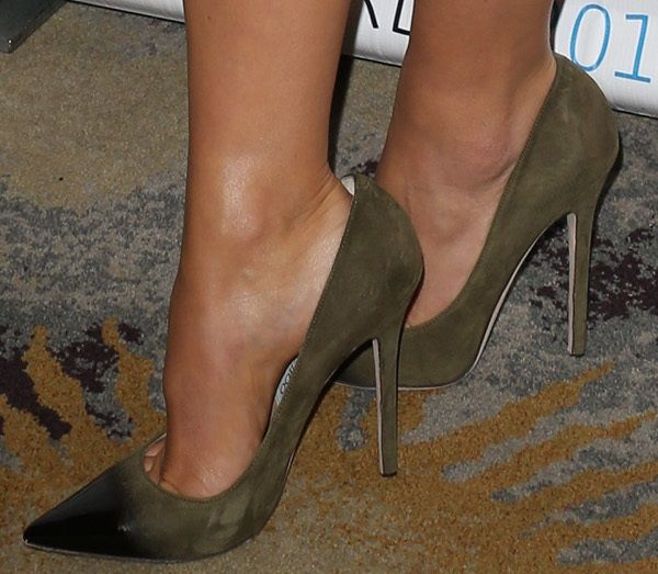 """Olivia Wilde in Jimmy Choo """"Anouk"""" pumps in dominant olive"""