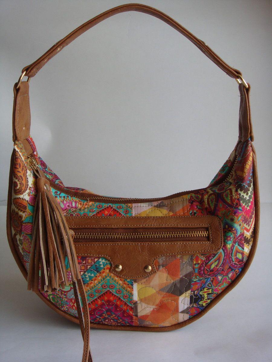 593c3d969 Bolsa feita de patchwork de tecido de algodão quiltada. Detalhes e alça em  couro ecológico.