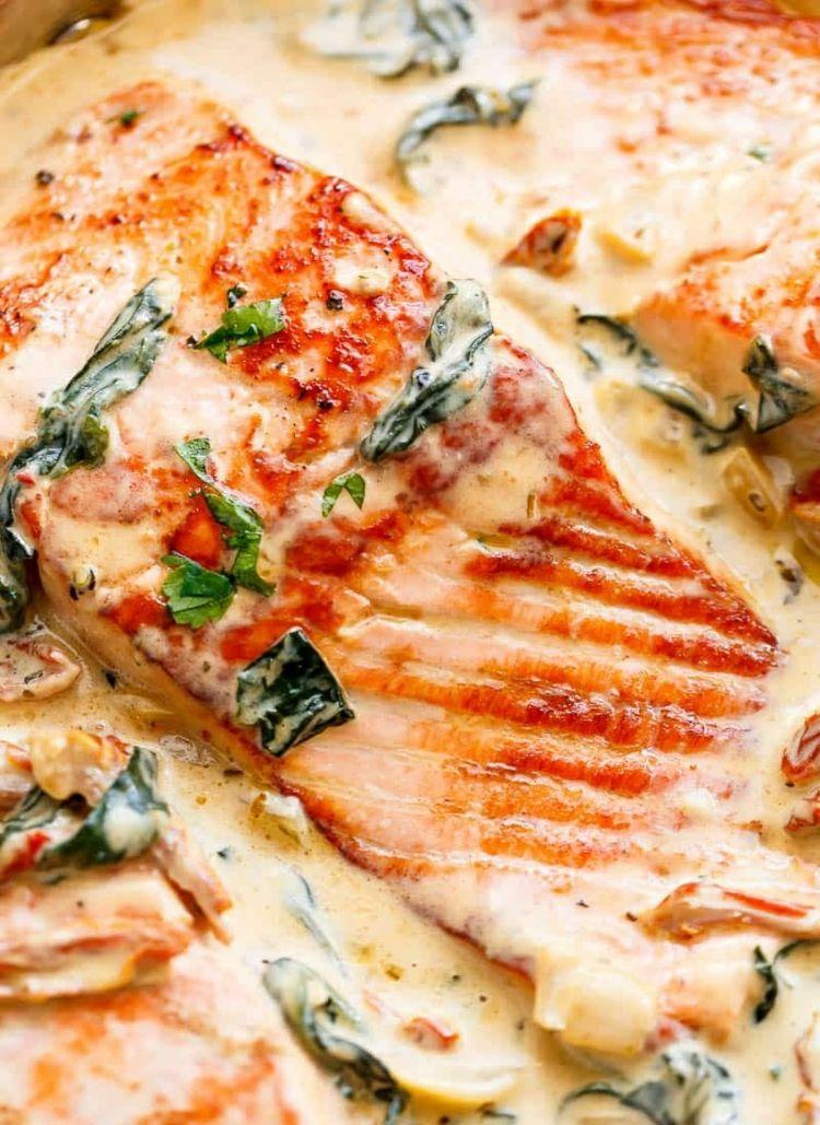 Rezept für Lachs in cremiger Sahnesauce mit Spinat, getrockneten Tomaten und Knoblauch #salmonfood