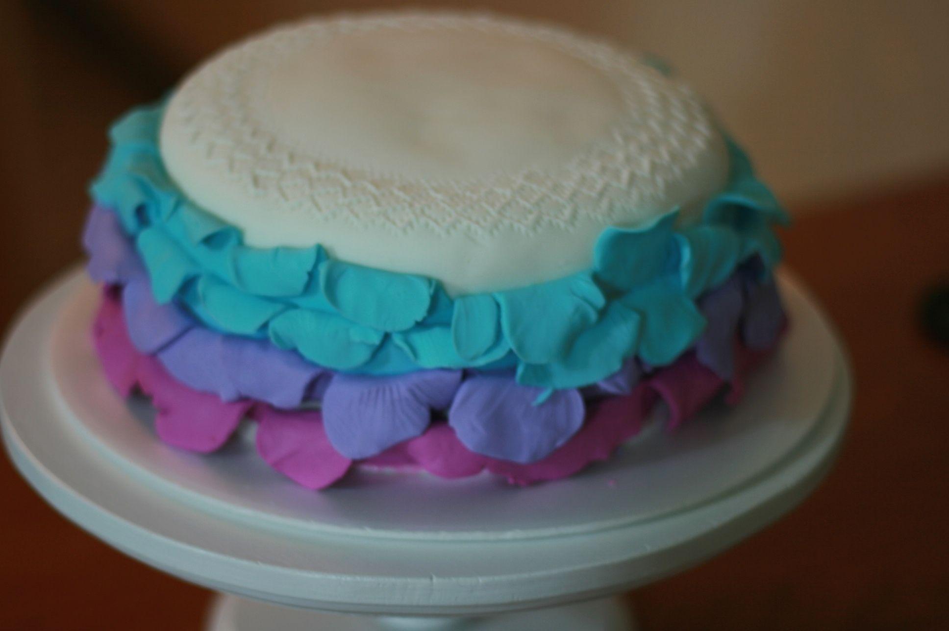 Fondant cítrico y pastel de vainilla. Florecita rockera!! de Mystica, pasteleria artesana