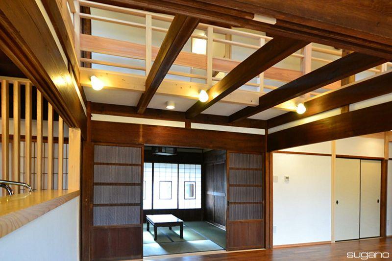 古民家再生 古材を魅せる吹抜け天井 明るく開放感のある空間に